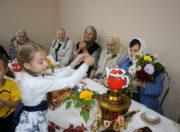 Ученики воскресной школы дарят подарки